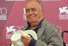 """Morreu nesta segunda-feira (26) em Roma, o cineasta Bernardo Bertolucci, aos 77 anos, de acordo com o jornal Repubblica. Bertolucci é considerado um dos grandes mestres do cinema italiano. Bertolucci dirigiu filmes premiados como """"Antes da Revolução"""" (1964), """"1900"""" (1976), """"O Conformista"""" (1970), """"O Último Tango em Paris"""" (1972), """"O Último Imperador"""" (1987) e """"Os Sonhadores"""" (2003). Nos últimos anos, o cineasta italiano foi muito criticado após vir a tona a revelação de que ele dirigiu uma cena não consentida de sexo em """"O último tango em Paris"""". No filme, a atriz Maria Schneider, então com 19 anos, não sabia como seria a cena em que Paul, personagem de Marlon Brando, usa manteiga como lubrificante na amante Jeannie."""