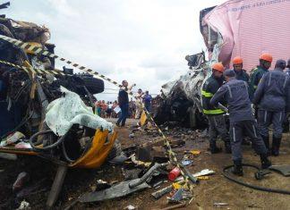 Bombeiros e agentes da polícia técnica no local do acidente, na BR-116, na Bahia. Foto: Madalena Braga/TV Subaé/Reprodução