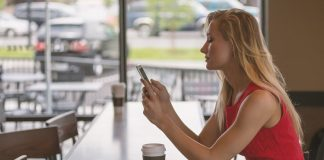 Garota usando o celular. Foto: Pixabay