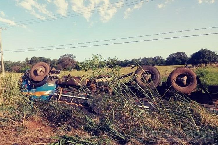 Caminhão tomba na MS-276 em Batayporã. Foto: Jornal da Nova/Reprodução