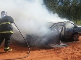 Carro ficou destruído pelo fogo. Foto: Corpo de Bombeiros/Divulgação