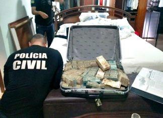 Mala com dinheiro apreendida em endereço ligado ao médium João de Deus. Foto: Polícia Civil/Divulgação