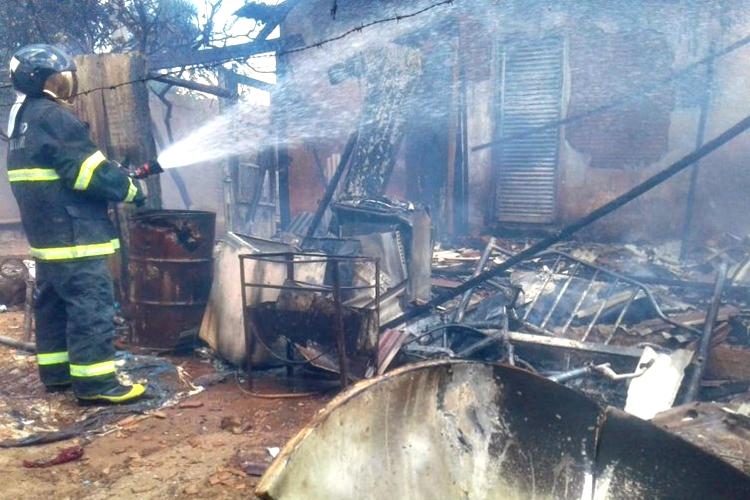 Edícula ficou destruída. Foto: Corpo de Bombeiros/Divulgação