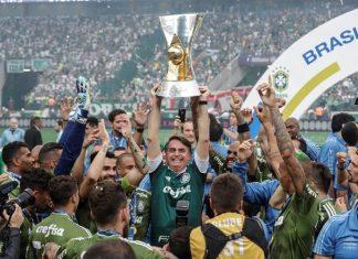 Bolsonaro entregou taça de campeão ao Palmeiras. Foto: Sebastião Moreira/EFE