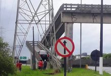 Motorista confunde passarela de pedestre com viaduto em Mongaguá (SP). Foto: Top Litoral/Reprodução
