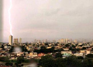 Raio caindo em cima de prédio em Goiânia. Foto: Dyogo Amorim/Arquivo pessoal