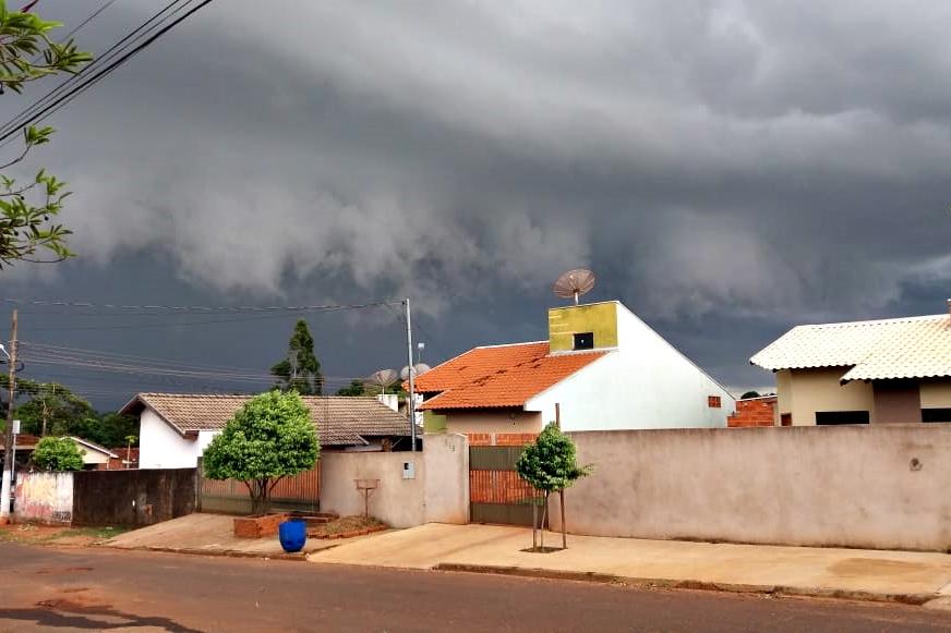 Nuvens carregadas no céu de Glória de Dourados. Foto: Jarcilene Amaral/Gazeta do Dia