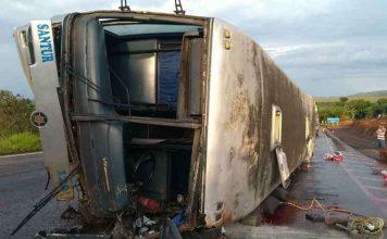 O veículo tombou na rodovia próximo a Serra do Salitre. Foto: Corpo de Bombeiros/Divulgação