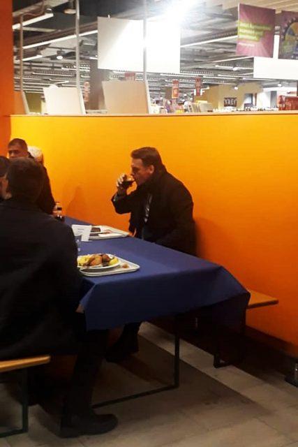 O presidente Jair Bolsonaro almoçando no restaurante de um supermercado em Davos. Foto: Daniel Rittner/Repodução