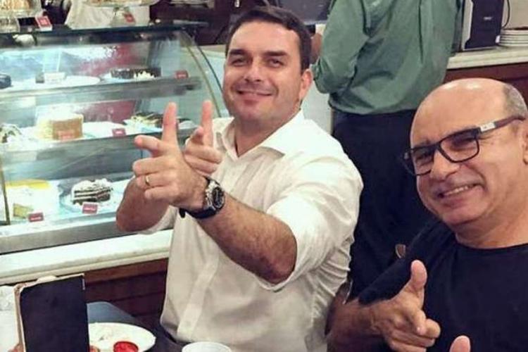 Flávio Bolsonaro com seu ex-assessor Fabrício Queiroz. Foto: Reprodução