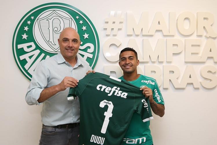 O presidente Maurício Galiotte (à esquerda) acertou a renovação de Dudu. Foto: Cesar Greco/Agência Palmeiras