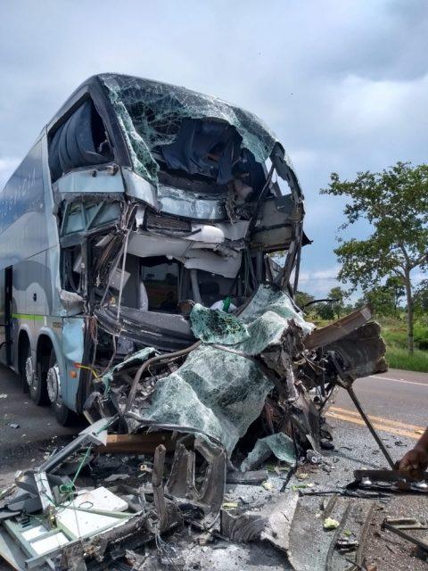 Ônibus ficou com a frente completamente destruída. Foto: Reprodução