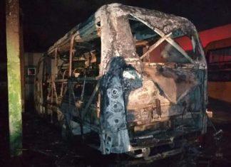 Ônibus queimado durante ataque. Foto: Reprodução