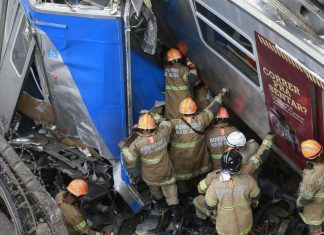 Bombeiros resgatam maquinista do trem. Foto: Tânia Regô/AgenciaBrasil