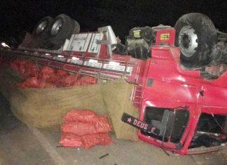 Caminhão envolvido em acidente com carro na cidade de América Dourada. Foto: Central Notícia/Reprodução