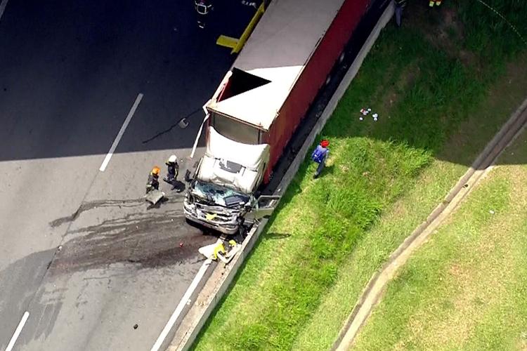 Caminhão atingido por helicóptero que caiu. Foto: Reprodução/TV Globo
