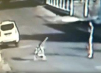Mãe joga carrinho com bebê contra calçada e criança tomba. Foto: Reprodução