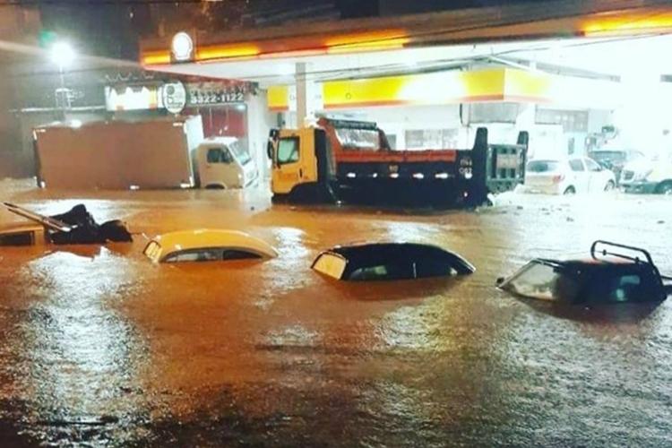 Carros ficaram debaixo da água. Foto: Reprodução