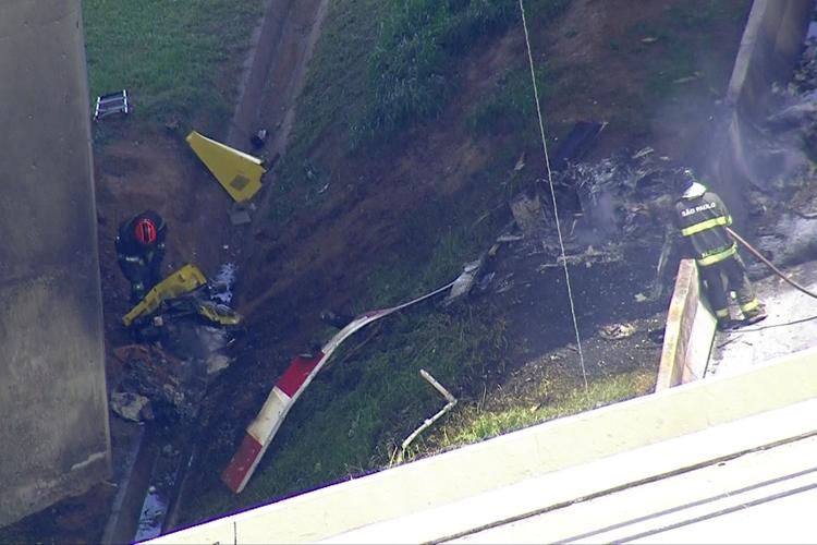 Bombeiros recolhem peças do helicóptero que caiu na Anhanguera. Foto: Reprodução/TV Globo
