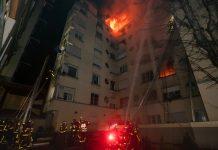 Bombeiros tentam combater as chamas que atingem prédio em Paris. Foto: Benoît Moser/Brigada dos Sapeurs-Pompiers