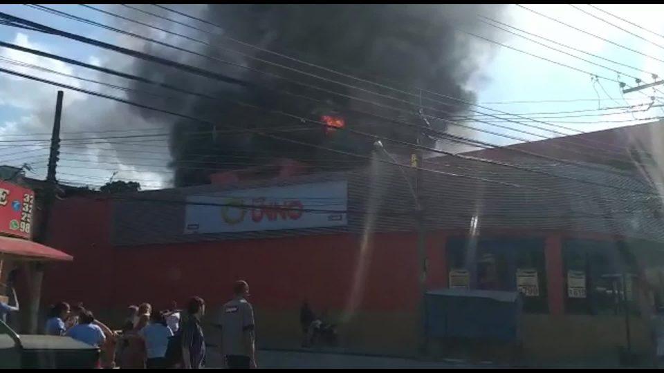 Um incêndio atingiu um supermercado. Foto: Reprodução