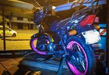 Moto apreendida em Porto Alegre com registros de quase R$ 2 milhões em multas. Foto: EPTC/Divulgação
