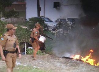 Policiais apagam incêndio. Foto: Polícia Militar/Divulgação