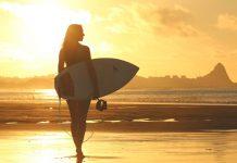 Surfista na praia. Foto: Pixabay
