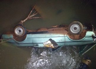 Carro caiu em córrego. Foto: Adalberto Domingos/Reprodução