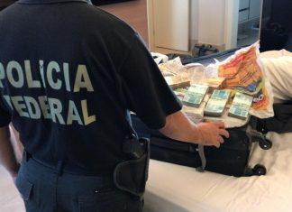 PF apreende mala com dinheiro durante Operação Decantação. Foto: Polícia Federal/Divulgação