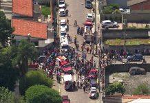 Movimentação em frente à escola Raul Brasil, em Suzano. Foto: Reprodução/TV Globo
