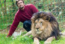 Prasek e o leão. Foto: Zdenek Nemec/MAFRA/Reprodução