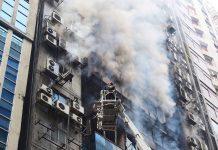 Incêndio em prédio comercial em Daca, em Bangladesh. Foto: Mahmud Hossain Opu/AP