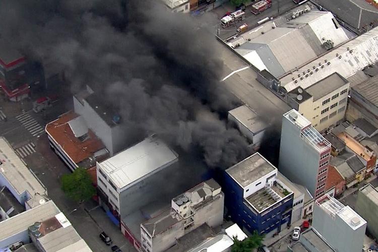 Incêndio atinge imóvel comercial em SP. Foto: Reprodução/TV Globo