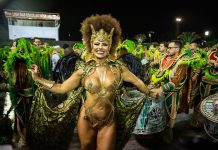 Atriz Viviane Araújo desfila pela Mancha Verde no sambódromo. Foto: Reprodução