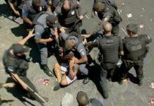 Homem é imobilizado por policiais durante o bloco Fervo da Lud. Foto: Reprodução/GloboNes