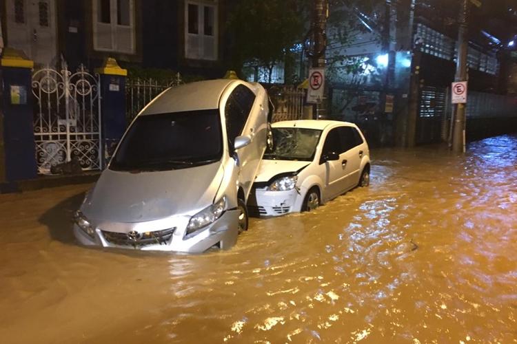 Carros foram arrastados pela chuva. Foto: Reprodução