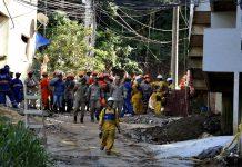 Corpo de Bombeiros durante buscas em Muzema. Foto: Tânia Rêgo/Agência Brasil