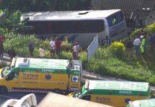 Ônibus cai em ribanceira na Rodovia Régis Bittencourt — Foto: Reprodução/ TV Globo