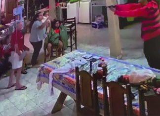 Homem joga cadeira em ladrão para proteger família durante assalto. Foto: Reprodução