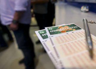 Apostadores fazem fila em casa lotérica. Foto: Marcelo Camargo/Agência Brasil