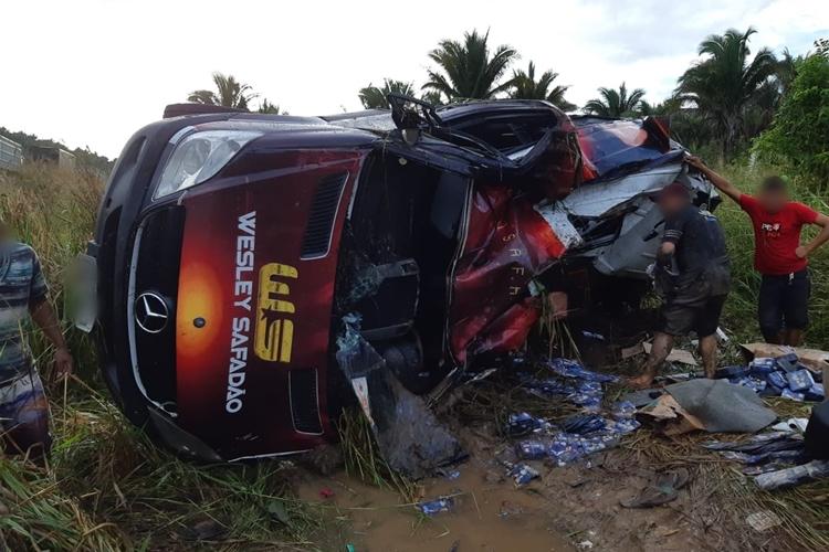 Van do cantor Wesley Safadão tomba na BR-316 no Maranhão. Foto: PRF