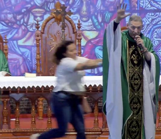 Mulher empurra padre Marcelo Rossi. Foto: Reprodução