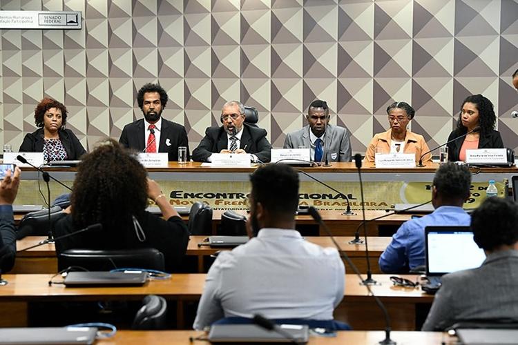 Senador Paulo Paim (3º à esq.) coordena audiência pública na CDH. Foto: Jefferson Rudy/Agência Senado