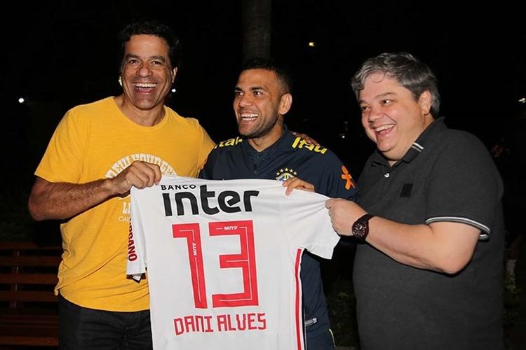 Daniel Alves foi presenteado com a camisa do São Paulo durante a Copa América. Foto: Rubens Chiri/São Paulo