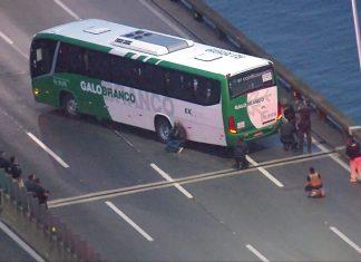 Homem armado ameaça passageiros em ônibus na Ponte Rio-Niterói. Foto: Reprodução/TV Globo
