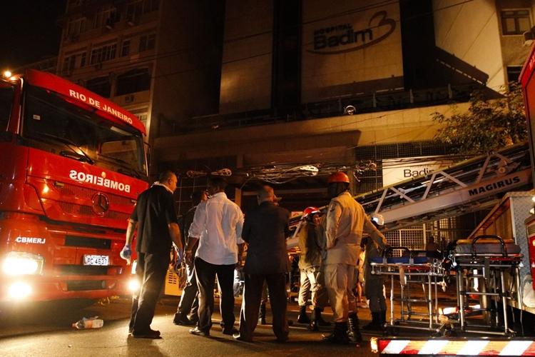 Fumaça de incêndio do Hospital Badim, no Maracanã. Foto: Fernando Frazão/Agência Brasil