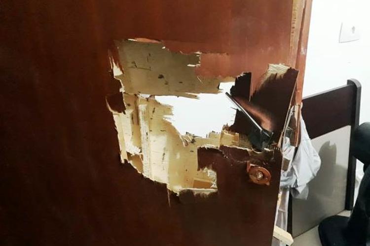 Porta foi arrombada para salvar a senhora. Foto: Divulgação