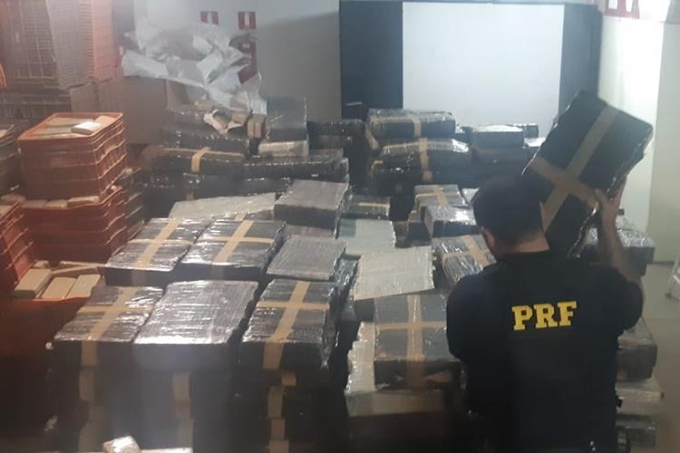 Dois pessoas foram presas ao transportarem 4,6 toneladas de maconha. Foto: PRF/Divulgação