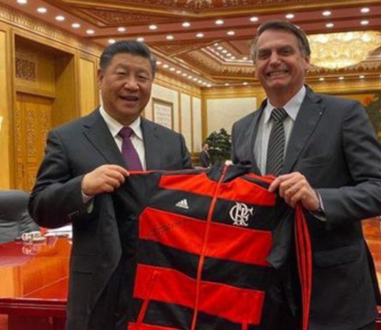 Jair Bolsonaro presenteia Xi Jiping com agasalho do Flamengo - Divulgação/Palácio do Planalto